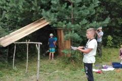 Ребята строят лесное убежище