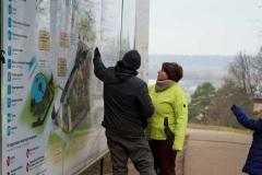 Ведущие изучают карту